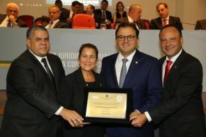 Vice-reitora recebe a homenagem do presidente e diretores da OAB